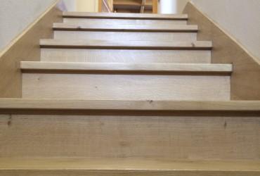 Habillage d'un escalier deux quarts tournants en chêne.