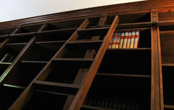 Bibliothèque sur mesure en noyer